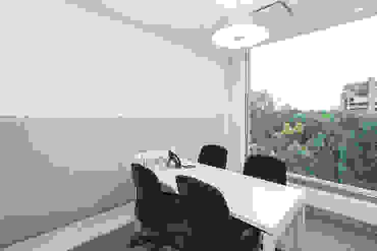 Sala de reuniones. Salas de estilo minimalista de entrearquitectosestudio Minimalista Caliza