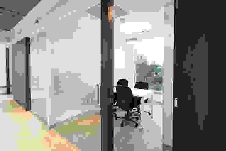 Sala de juntas Salas modernas de entrearquitectosestudio Moderno Aglomerado
