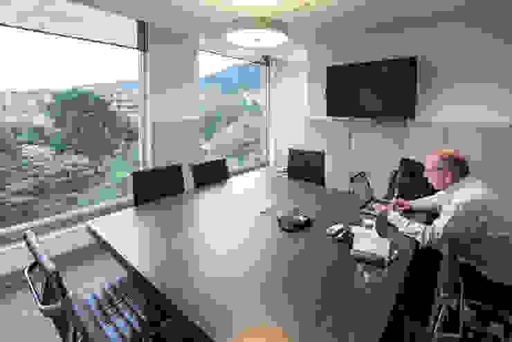 Sala de juntas de entrearquitectosestudio Moderno Aglomerado