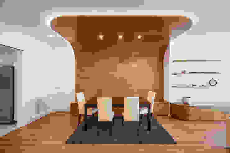 OOIIO Arquitectura Sala da pranzo moderna Legno composito Effetto legno