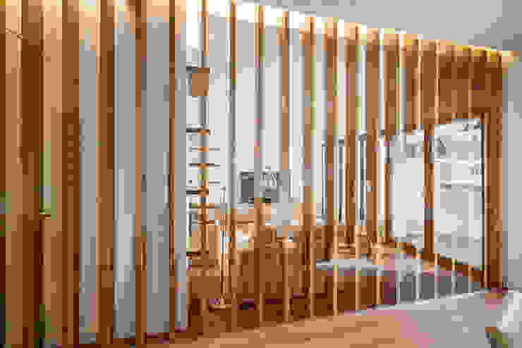 OOIIO Arquitectura Studio in stile scandinavo Legno composito Effetto legno