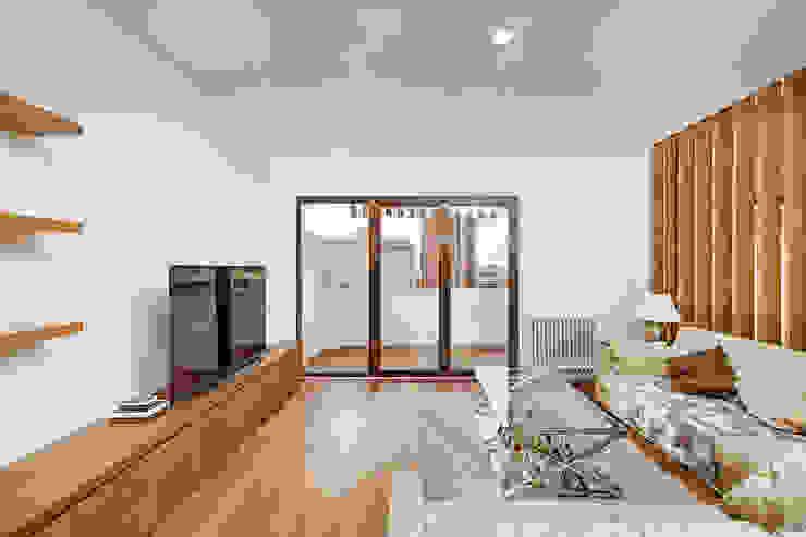 OOIIO Arquitectura Soggiorno in stile scandinavo Legno composito Effetto legno