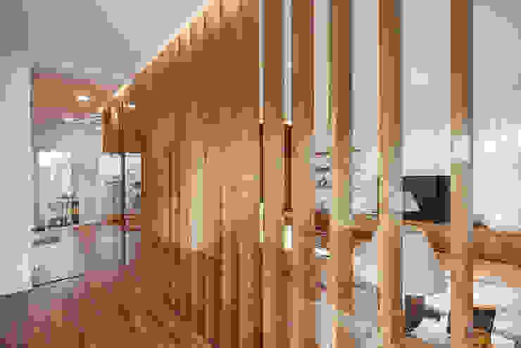 OOIIO Arquitectura Studio in stile scandinavo Legno composito Marrone