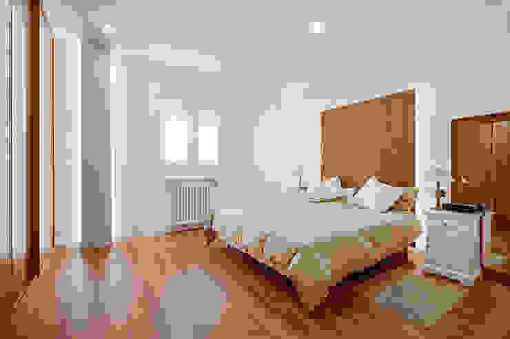 OOIIO Arquitectura Camera da letto in stile scandinavo Effetto legno