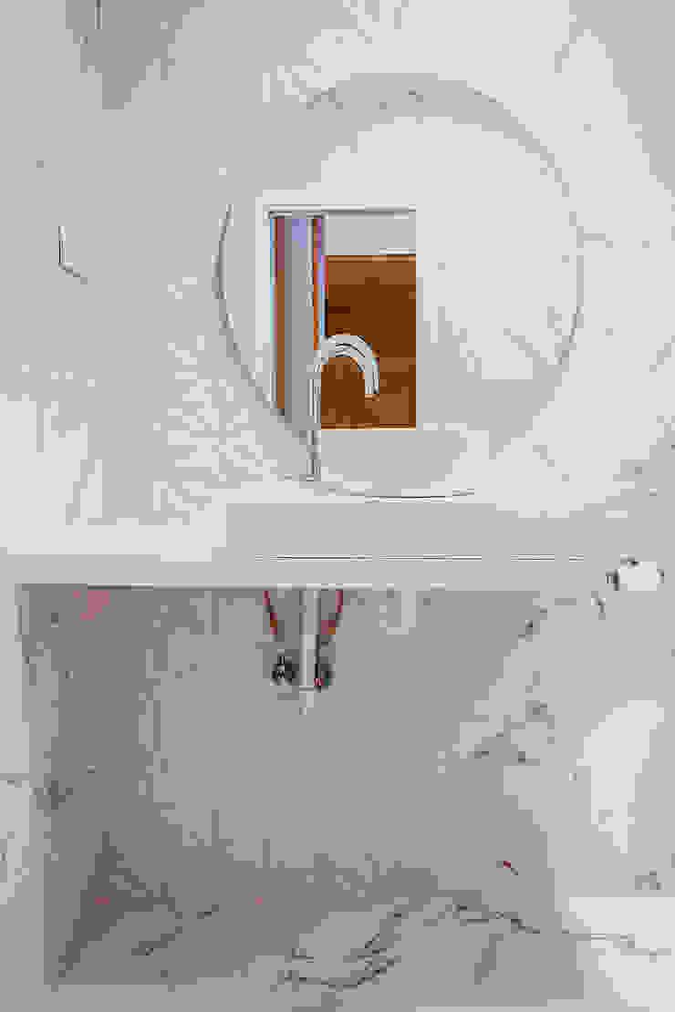 OOIIO Arquitectura Bagno moderno Marmo Bianco