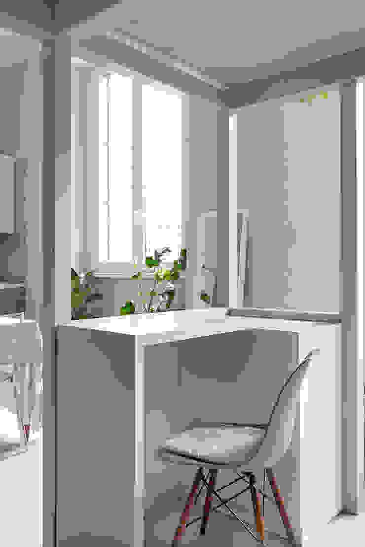 scrivania a scomparsa Studio in stile scandinavo di Lascia la Scia S.n.c. Scandinavo Legno Effetto legno