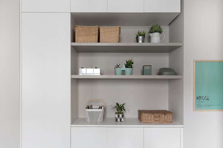 armadio libreria nicchia colore neutro bianco tortora Soggiorno in stile scandinavo di Lascia la Scia S.n.c. Scandinavo Legno Effetto legno
