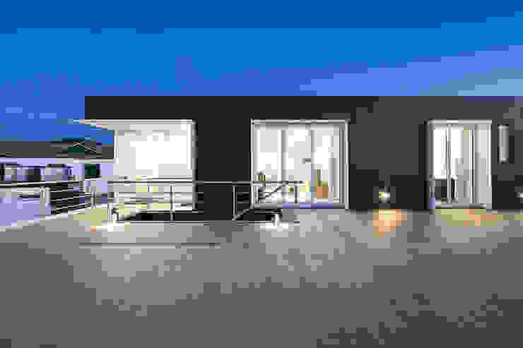 Terraço Varandas, marquises e terraços modernos por Xavier Ávila arquitetos Moderno Cerâmica