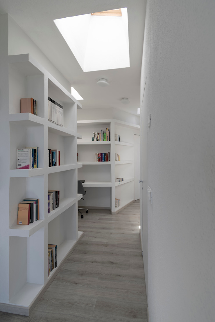 Casa con panorama Ingresso, Corridoio & Scale in stile minimalista di MAMESTUDIO Minimalista