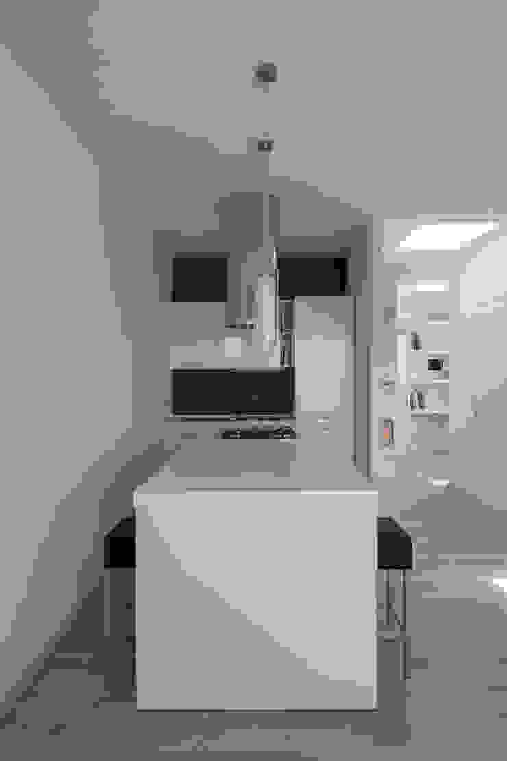 Casa con panorama di MAMESTUDIO Minimalista