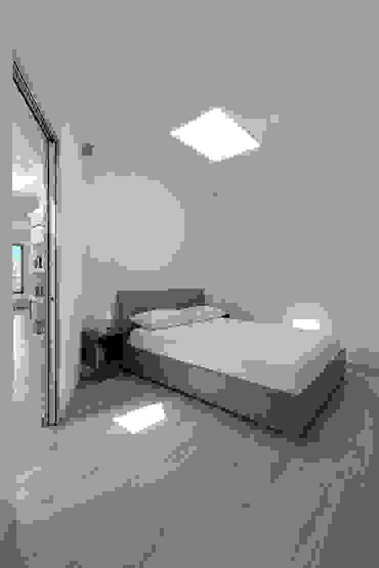 Casa con panorama Camera da letto minimalista di MAMESTUDIO Minimalista