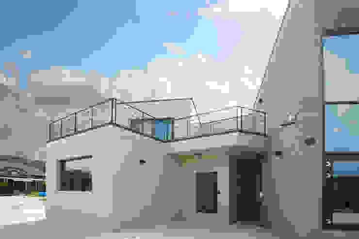 독특한 위치에 자리한 현관과 2층에 자리한 넓은 테라스 by 한글주택(주) 모던