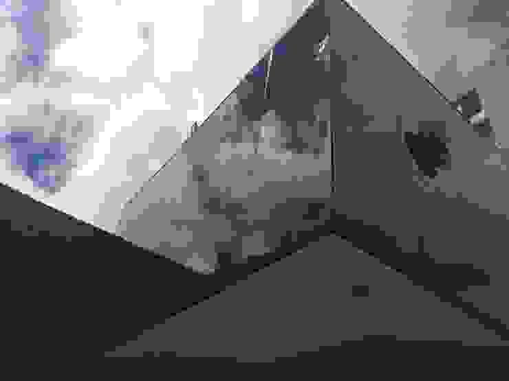 Fachada Embajada Estudios y despachos de estilo moderno de ARQHNS Moderno Vidrio
