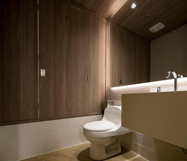 entrearquitectosestudio Modern style bathrooms Chipboard Wood effect