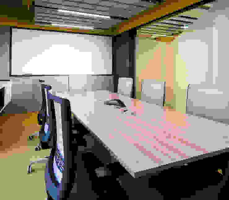 entrearquitectosestudio Living room Chipboard Yellow