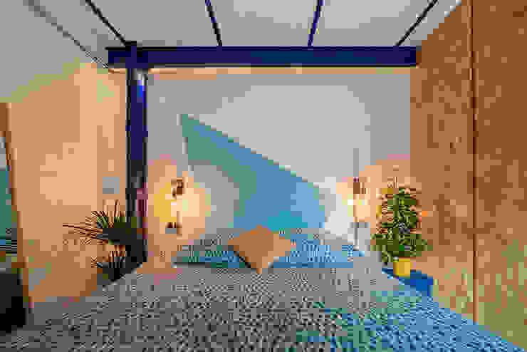 OOIIO Arquitectura Camera da letto in stile industriale Laterizio Blu