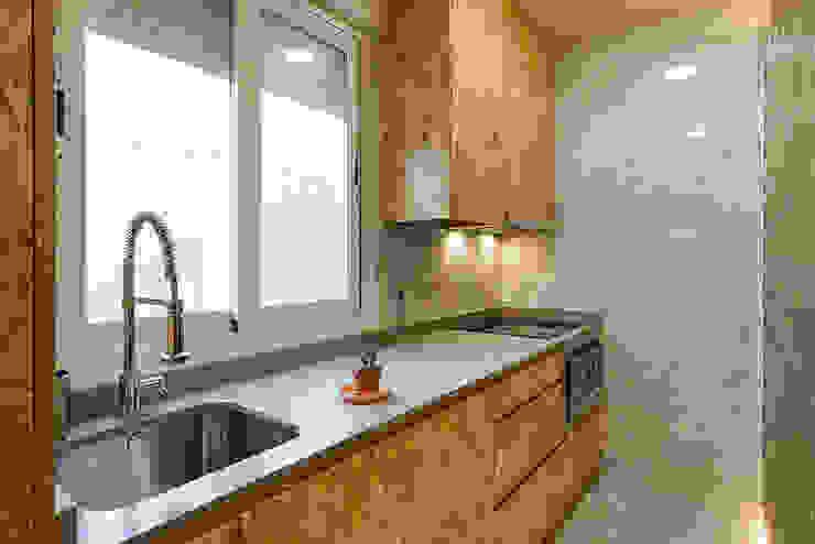 Cocina integrada para reforma de apartamento en Madrid. OOIIO Arquitectura Cocinas pequeñas Aglomerado Acabado en madera