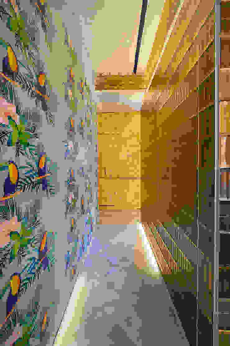 OOIIO Arquitectura Ingresso, Corridoio & Scale in stile moderno Ceramica Variopinto