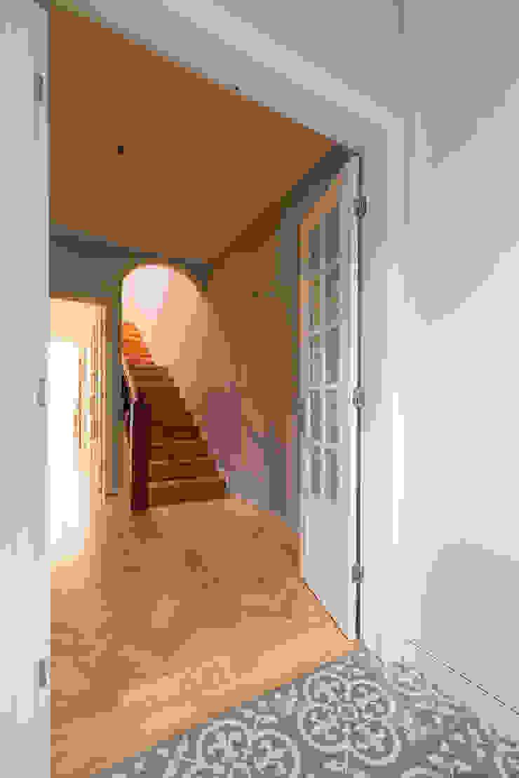 Hall de entrada - Projeto de remodelação SHI Studio Interior Design Corredores, halls e escadas clássicos por ShiStudio Interior Design Clássico