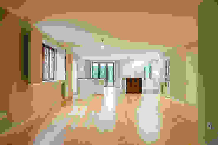Sala - Projeto de remodelação SHI Studio Interior Design Salas de estar escandinavas por ShiStudio Interior Design Escandinavo