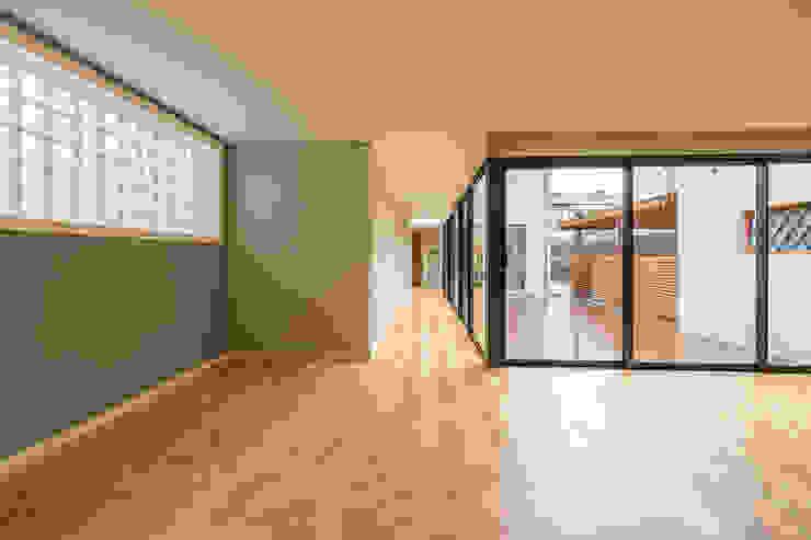 Sala e corredor - Projeto de remodelação SHI Studio Interior Design Corredores, halls e escadas modernos por ShiStudio Interior Design Moderno
