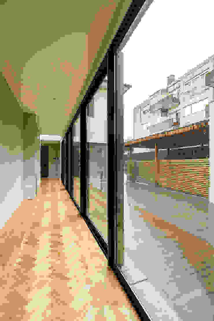 Corredor - Projeto de remodelação SHI Studio Interior Design Corredores, halls e escadas minimalistas por ShiStudio Interior Design Minimalista