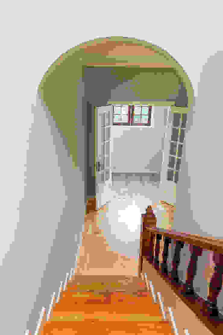 Escadaria e hall - Projeto de remodelação SHI Studio Interior Design por ShiStudio Interior Design Clássico