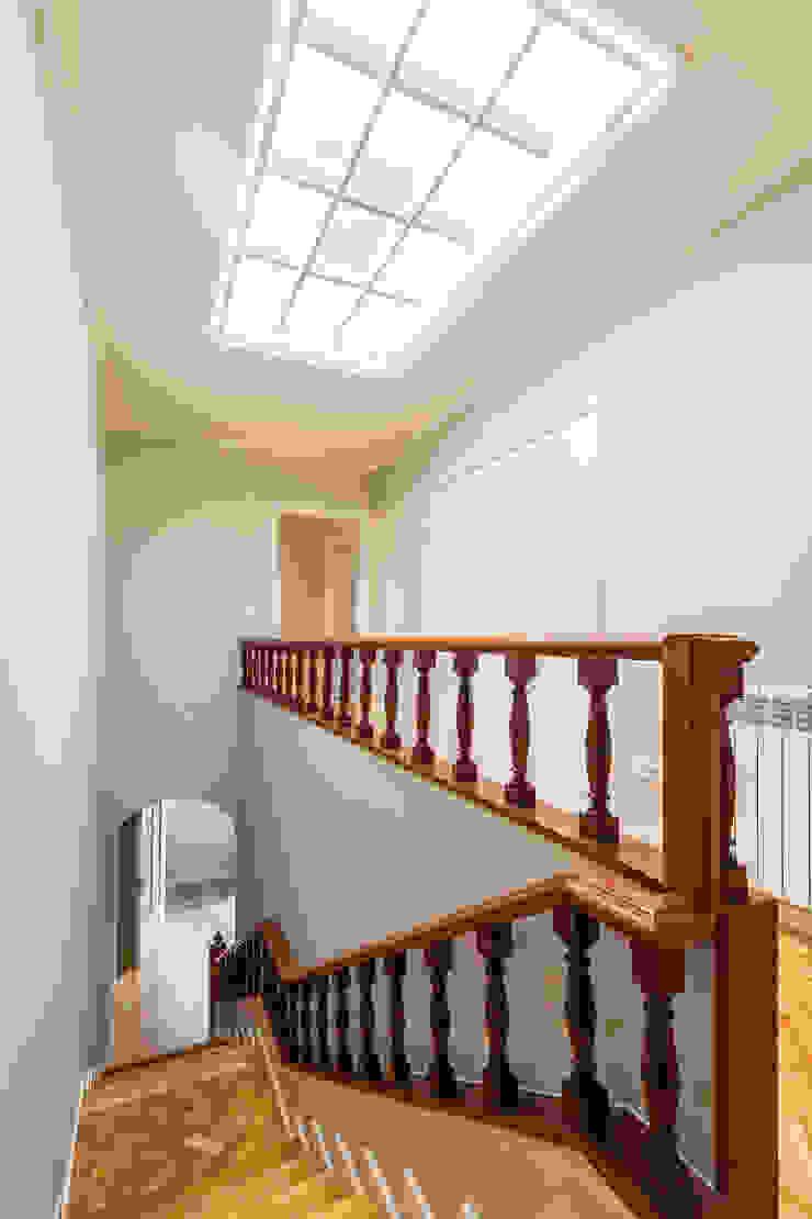 Escadaria e corredor - Projeto de remodelação SHI Studio Interior Design por ShiStudio Interior Design Clássico