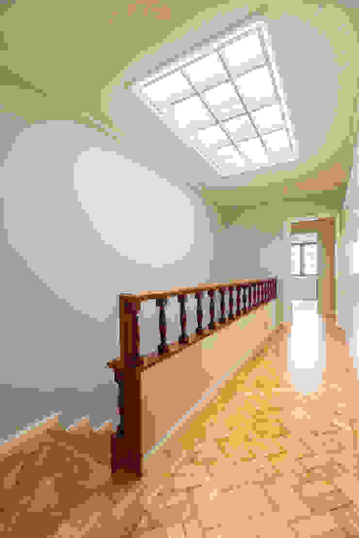 Escadaria e corredor - Projeto de remodelação SHI Studio Interior Design Corredores, halls e escadas coloniais por ShiStudio Interior Design Colonial