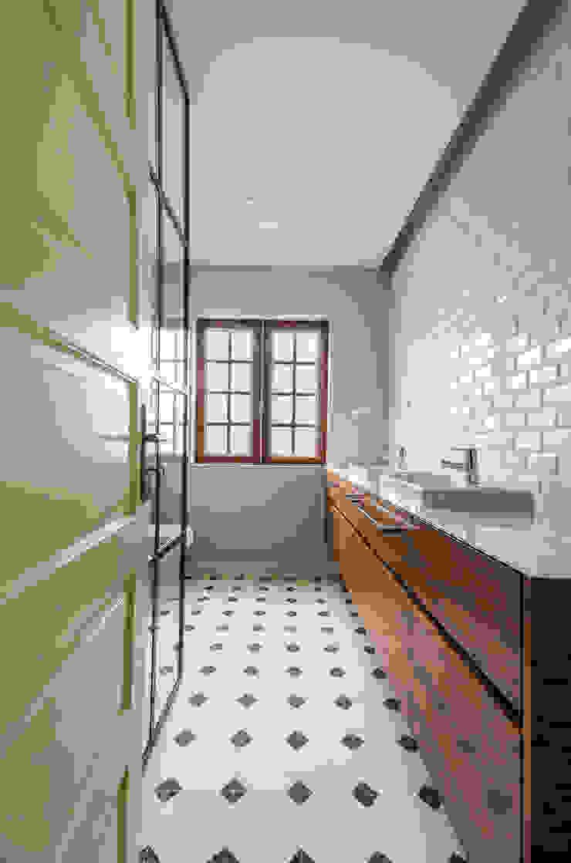 Casa de banho - Projeto de remodelação SHI Studio Interior Design Casas de banho modernas por ShiStudio Interior Design Moderno