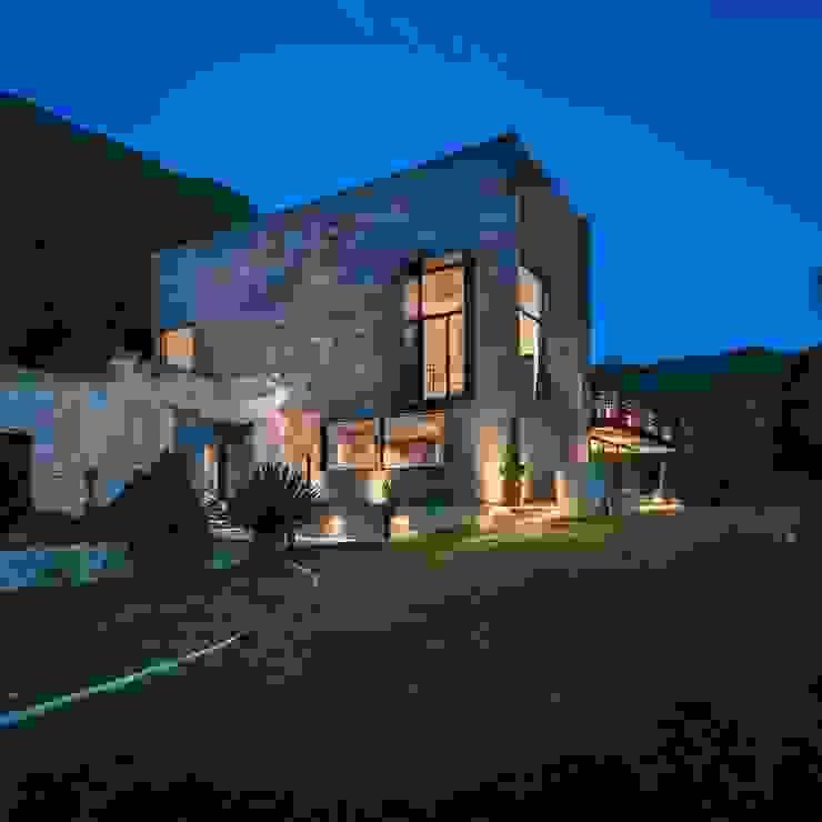 Fachada casa de Artega lol arquitectura Casas de campo Piedra Gris