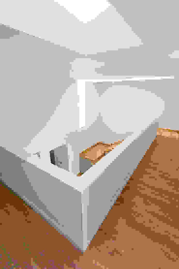 OOIIO Arquitectura 現代風玄關、走廊與階梯 木頭 Grey