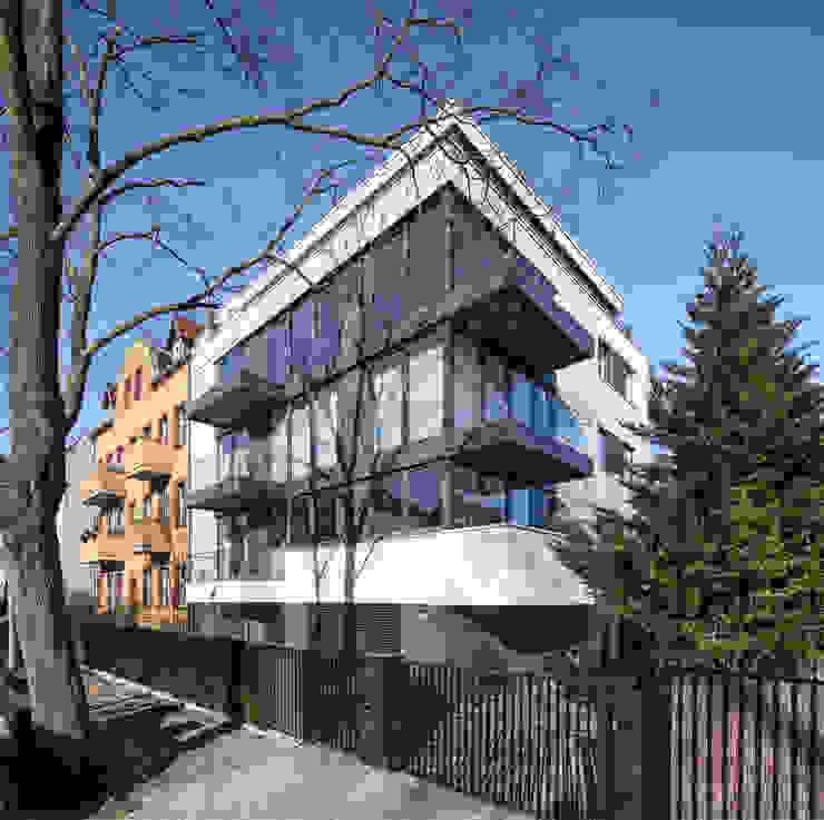 Balkone und bodentiefe Fenster in harmonischer Einheit boehning_zalenga koopX architekten in Berlin Mehrfamilienhaus Glas Transparent