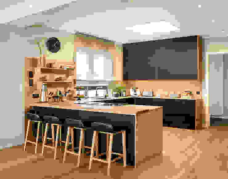Kitchen CONSCIOUS DESIGN - INTERIORS Built-in kitchens Wood Black