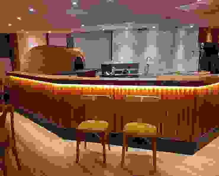 Bancada de bar em madeira orgânica - Móveis ArboREAL Design ArboREAL Móveis de Madeira Sala de jantarMesas Madeira Efeito de madeira