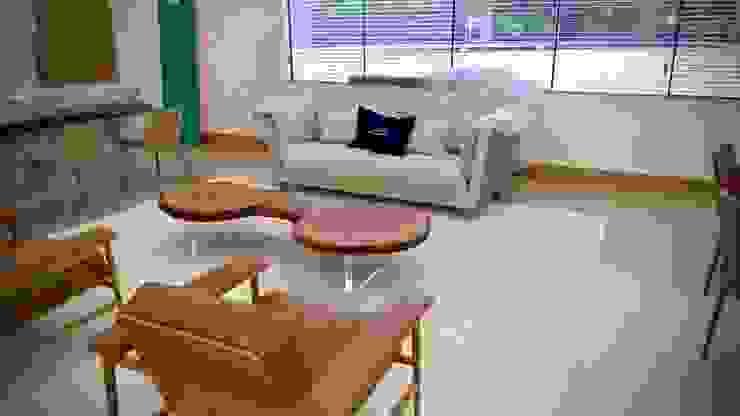 Mesa de Centro em Madeira Maciça com pés em acrílico - ArboREAL Móveis ArboREAL Móveis de Madeira Sala de jantarMesas Madeira Efeito de madeira