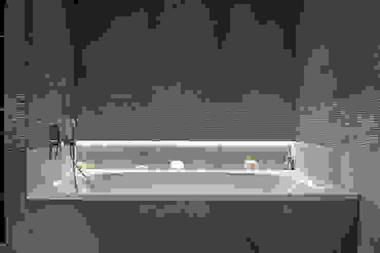 Bathtub CONSCIOUS DESIGN - INTERIORS Modern style bathrooms Tiles Beige