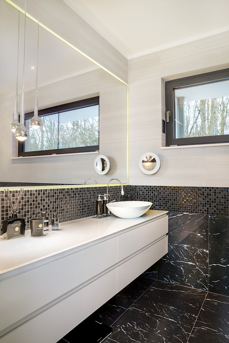 Bathroom in black and white CONSCIOUS DESIGN - INTERIORS Modern style bathrooms Tiles Black