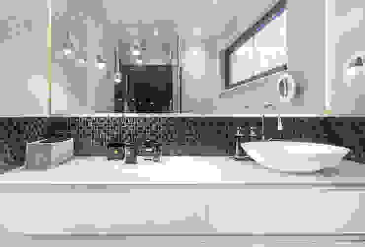 Bathroom in black and white CONSCIOUS DESIGN - INTERIORS Modern style bathrooms Tiles White