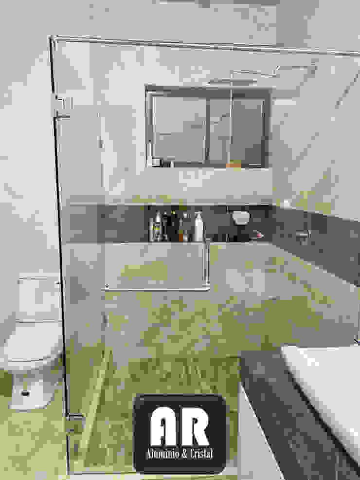 CANCEL ESCUADRA, VIDRIO TEMPLADO 9.5MM, PUERTA BATIENTE. AR ALUMINIO & CRISTAL Baños de estilo moderno Vidrio