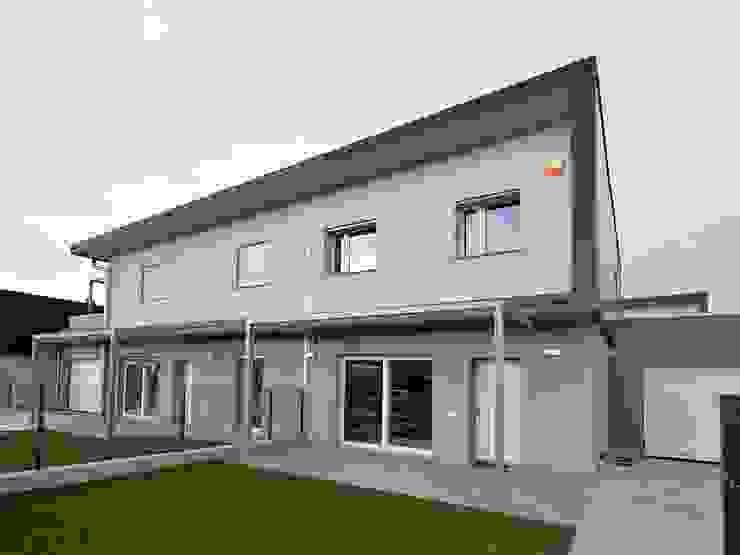 Villa moderna in legno a Bolgare (Bergamo) di Marlegno Moderno Legno Effetto legno