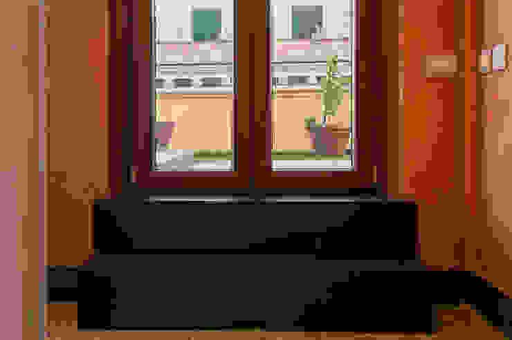 OPA Architetti Pasillos, vestíbulos y escaleras de estilo moderno Cerámico Negro