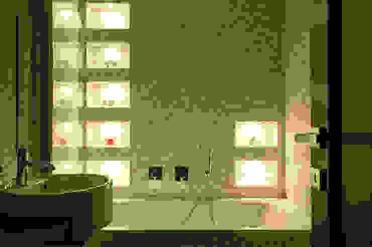 La cromoterapia nel secondo bagno - luce giallo/verde OPA Architetti Bagno moderno Ceramica Giallo