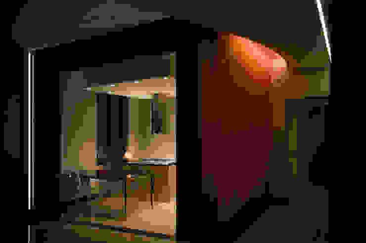 OPA Architetti Pasillos, vestíbulos y escaleras de estilo moderno Naranja