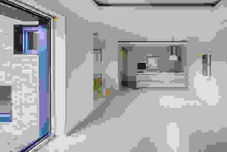 다양한 수납 아이디어가 돋보이는 세종 목조주택 모던스타일 거실 by 위드하임 모던