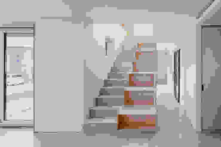 다양한 수납 아이디어가 돋보이는 세종 목조주택 by 위드하임 모던