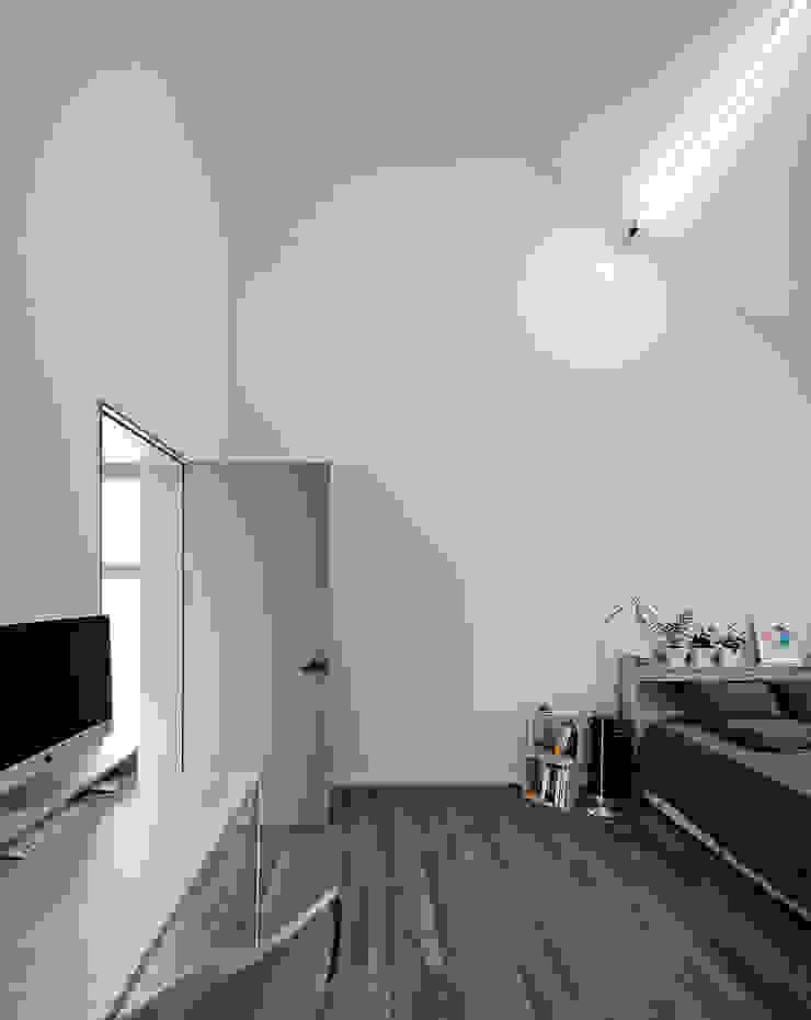 마스터룸(안방) 모던스타일 미디어 룸 by 라움 건축사사무소 모던