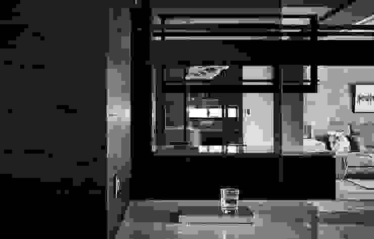 巧域設計-墨賞 現代風玄關、走廊與階梯 根據 巧域設計 現代風