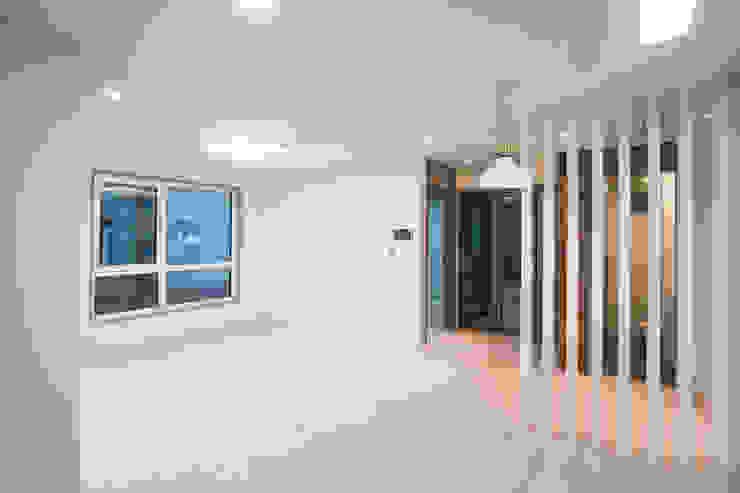 노출콘크리트가 아름다운 광안동 <q>일상하우스</q> 모던스타일 거실 by (주)심지건축종합사사무소 모던