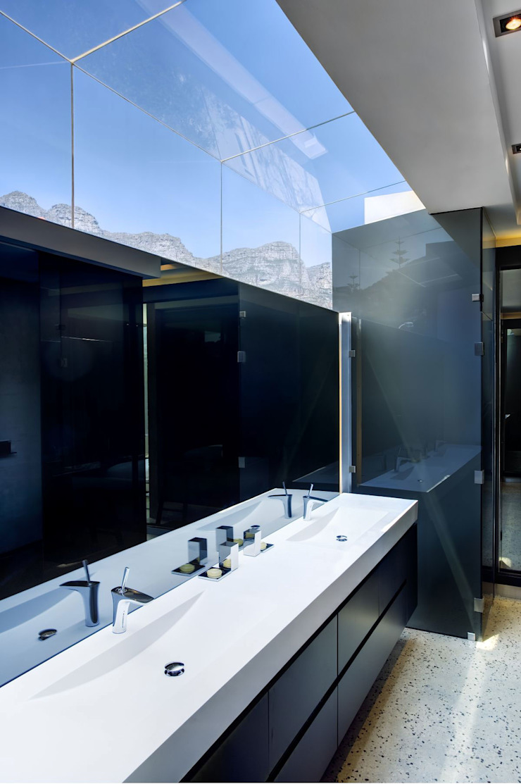 HOUSE VAN KAMP | CAMPS BAY Minimal style Bathroom by Wright Architects Minimalist Glass
